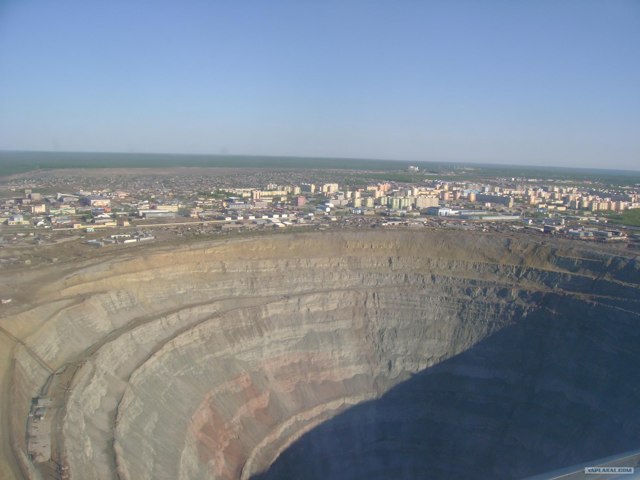Алмазный карьер г.Мирный Якутия. Фото, вид из космоса, глубина, размеры, история