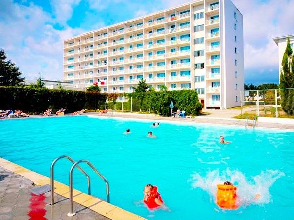 Геленджик. Отели с собственным пляжем, первая линия, питанием Все включено, крытым бассейном, СПА, шведский стол, детской площадкой